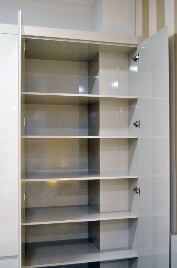 El armario alto brillo está realizado en un acabado especial con lacado en brillo, lo que le convierte en pieza adaptable al dormitorio adulto o juvenil.