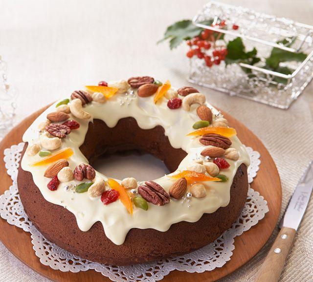 リースに見立てた豪華なパウンドケーキ。ガーナブラックたっぷりの生地にクランベリーの酸味とシナモンパウダーの風味をプラス。ちょっと大人なクリスマスケーキです。