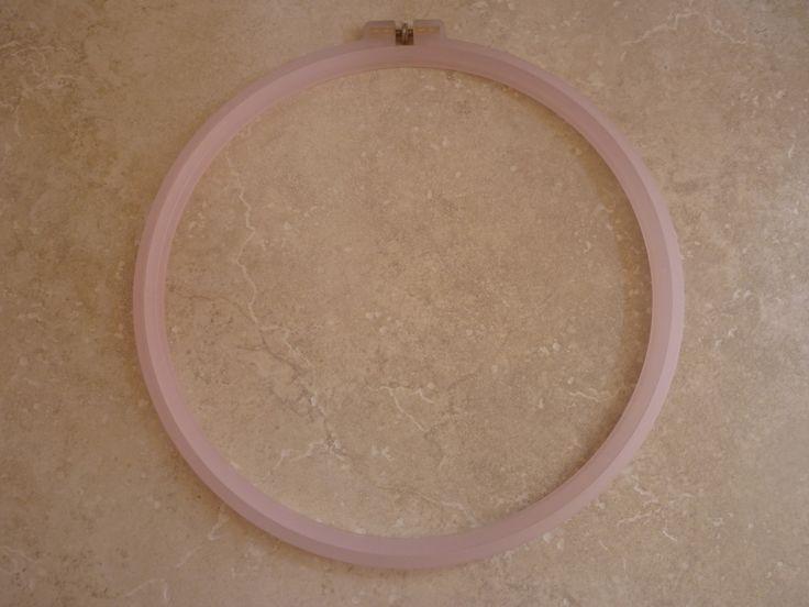 Tambour diamètre 24 cm à broder en plastique couleur rose clair parfait scrapbooking, point compté, canevas, travaux d'aiguilles... : Matériel Couture par souvenirs-intemporels