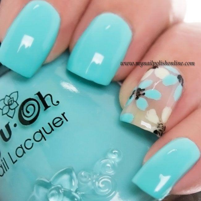 Uñas en azul turquesa decoradas con flores