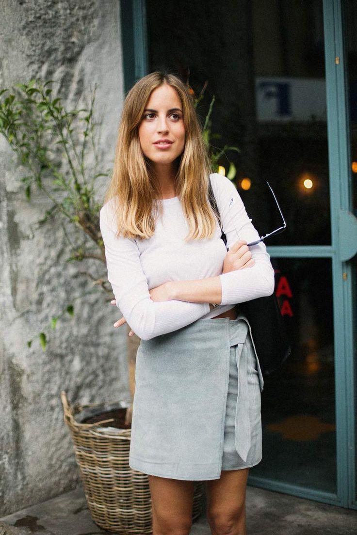 Falda de ante con lazada, de Rockinhorses; camiseta de algodón de manga larga, de Topshop; Malmö Bag, de Bucarelli; zapatillas, de Vans; y reloj, de Marc Jacobs.