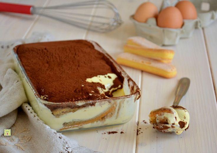Il tiramisù classico con uova pastorizzate è un delizioso dolce molto goloso, con un procedimento facilissimo e irresistibile.
