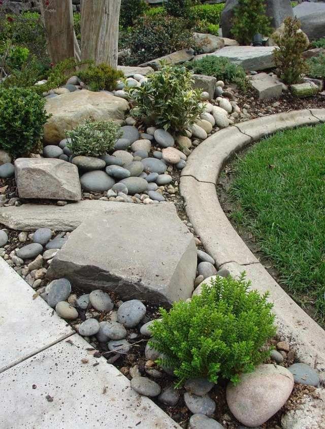 jardin de rocaille avec des galets lisses et grandes pierres