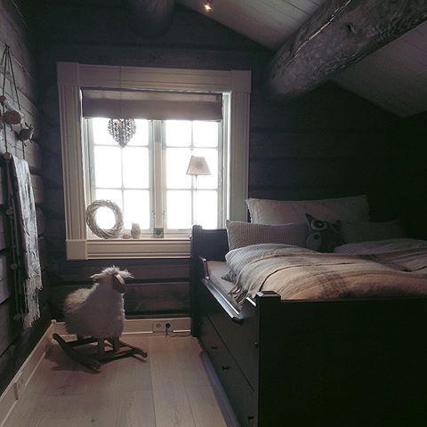 Med ønske om en flott søndag ✨ Her på Hafjell er sola i ferd med å bryte gjennom, og vi har allerede hatt noen fine timer i alpinbakken ⛷#vakrehytteroglandsteder #vakrehjemoginteriør #hytteinspirasjon #hyttemagasinet #hytteinteriør #123hytteinspirasjon #123interior #bedroom#cottage#cabin#fjellhytte#