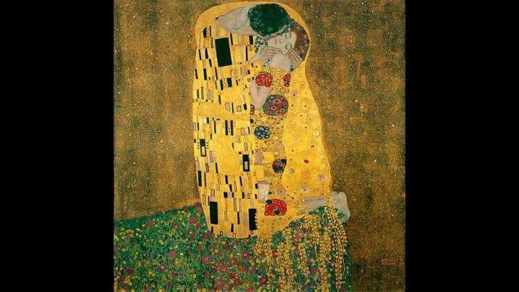 Στο πλαίσιο της ιστορίας της τέχνης για δεκαετίες τώρα, ο Gustav Klimt έχει απολάβει μία τεράστια δόξα και φήμη, όχι ότι τυγχάνει να συναντήσει βέβαια τους τουρίστες που συνωστίζονται σε ουρές έξω από την πινακοθήκη Belvedere της Βιέννης και εκστασιάζονται μπρος την όψη αυτής της ελαιογραφίας. Όπως σε όλα τα έργα του από τη λεγόμενη «χρυσή εποχή», έτσι και σε αυτό ο Klimtχρησιμοποιεί έντονα στοιχεία στις επιχρυσωμένες φορεσιές του αγκαλιασμένου ζευγαριού,