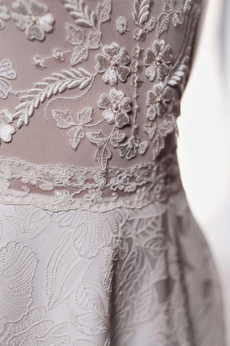 Платье Camilla от www.bohemian-bride.com - прекрасное сочетание ручной вышивки на лифе и красивейшего рисунка на ткани юбки! Сзади платье выглядит не менее эффектно из-за очень интересного выреза на спинке. Застежка на множество жемчужин. Рисунок вышивки на лифе на каждом платье уникальнен, поскольку делается вручную отдельно для каждой нашей невесты. Юбка с небольшим шлейфом. Богемный | Бохо | Винтажное | Кружевное | Свадебное платье  | Свадьба  | Шлейф | Открытая спина |