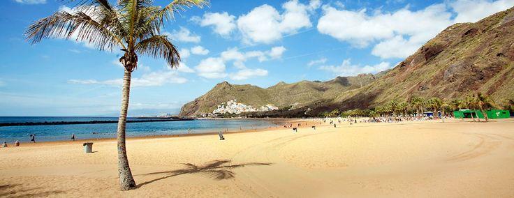 LAS TERESITAS Las Teresitas es la playa más emblemática de Santa Cruz de Tenerife. Situada en el pueblo de San Andrés, esta playa de arena dorada destaca por estar poblada por multitud de palmeras, y es muy visitada por los santacruceros.  La tranquilidad del oleaje, gracias a la instalación de diques que atenúan las olas, la convierten en una opción ideal para pasar el día en familia y pasear por la orilla.  Contarás con todos los servicios a pie de playa