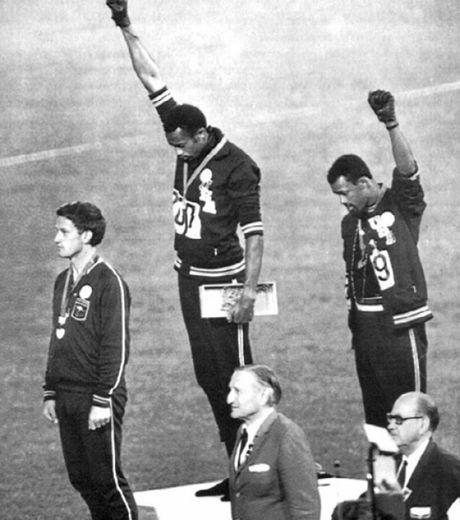 """Les afro-américains lèvent le poing en l'air lors des Jeux Olympiques de Mexico en 1968, symbolisant leurs appartenances au mouvement """"Black..."""