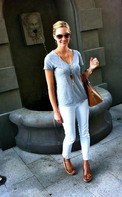Buenos días amores !!Comenzamos la semanita con colores relajantes, un pantalón blanco no puede faltar en nuestro fondo de armario. Es muy fácil de combinar, es un color elegante que sirve para cualquier ocasión.