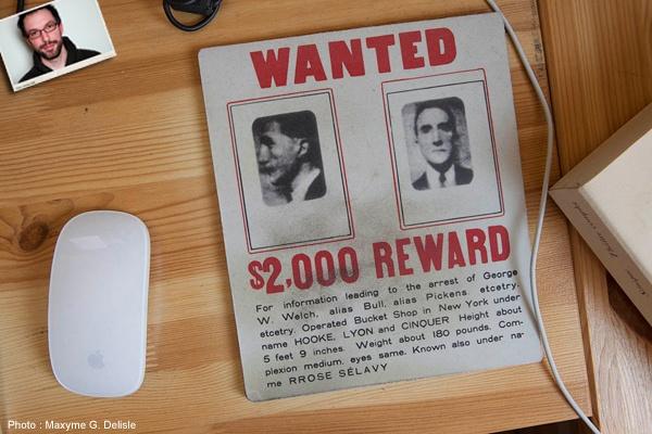 JEAN-SIMON DESROCHERS | Tapis de souris taché. « WANTED RROSE SÉLAVY 2000$ REWARD ». Duchamp de face et de profil. | Photo: Maxyme G. Delisle