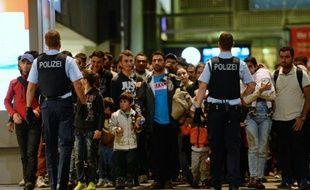 Des réfugiés en provenance de Budapest arrivent à Munich en Allemagne, dans la nuit du 11 au 12 septembre 2015