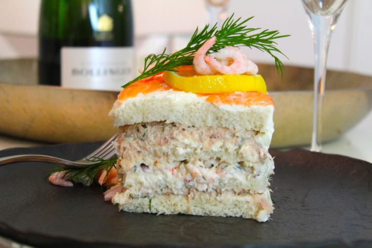 Jag bara totalt älskar en god smörgåstårta! Gör inte ni det? En god tonfiskröra, en god skagenröra, lax, räkor, ägg och saftiga bottnar. Jaaa, galet gott som jag brukar säga! Ni måste...
