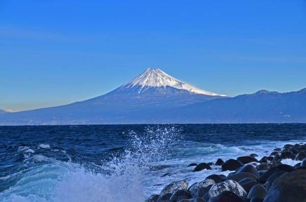 「大瀬崎と富士山」  平成24年1月25日撮影の続きです。 「吟道の碑から富士山」  大瀬崎から戸田方面に車で数分移動すると左側の斜面に「吟道の碑」へ登る長い階段があります。その階段の中腹から大瀬崎・富士山「好きな場所」 「井田から富士山」  小さな島は七島 「煌きの丘から富士山」   井田の「煌きの丘」から富士山・・・井田の字の菜の花が咲いていません。「残念」※2012年度の菜の花まつりは、台風15号による塩害のため中止となりました。いつもは冬の菜の花とキラキラ輝く海を入れ富士山を撮る場所で有名です。 「出逢い岬から富士山」  リング等に入れて富士山を撮る構図が好き 「波と富士山」  戸田外海より富士山・・・黒い石と白い波を入れて見ました。次回は流木と富士山などが有りますのであきないで見てください。