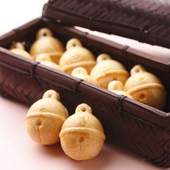 """""""SUZUKAKE"""", wagashi / 「すず籠」は、直径3.5cmほどのかわいらしい鈴型の上品な甘さの粒餡を包んだ一口最中。竹を編んだ籠は、贈答用に喜ばれるはず。"""