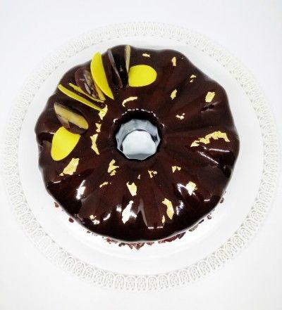 Suprema al cioccolato, caramello salato e composta di banane e lime. Il tutto ricoperto da una meravigliosa glassa a specchio al cioccolato.