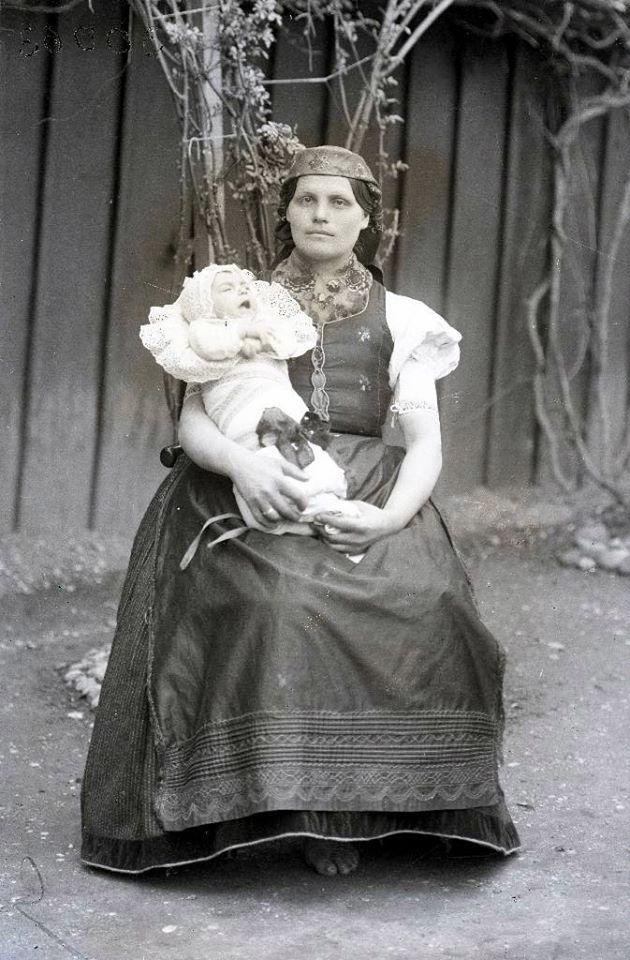 Anya csecsemőjével, Balassagyarmat vidéke