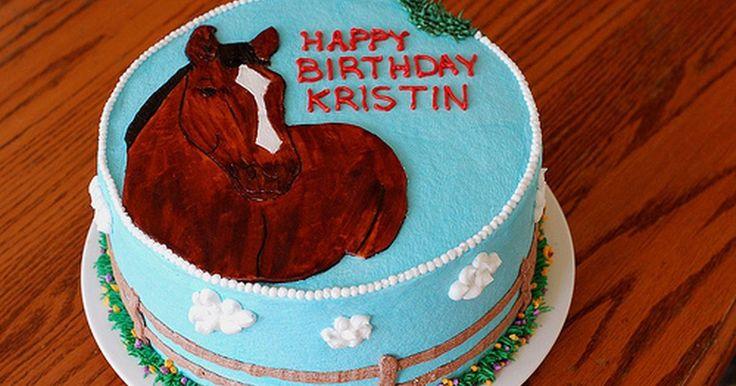 Ideias para bolo de aniversário com cavalos. Um bolo de aniversário com cavalos é um toque especial para um jovem que é fã de Meu Pequeno Pônei ou para um entusiasta mais maduro de corridas de cavalos e pode ser feito com uma variedade de níveis de habilidade e preços. Não importa se você fará o bolo com suas próprias mãos ou contratará um confeiteiro profissional: ele será o hit do grande ...