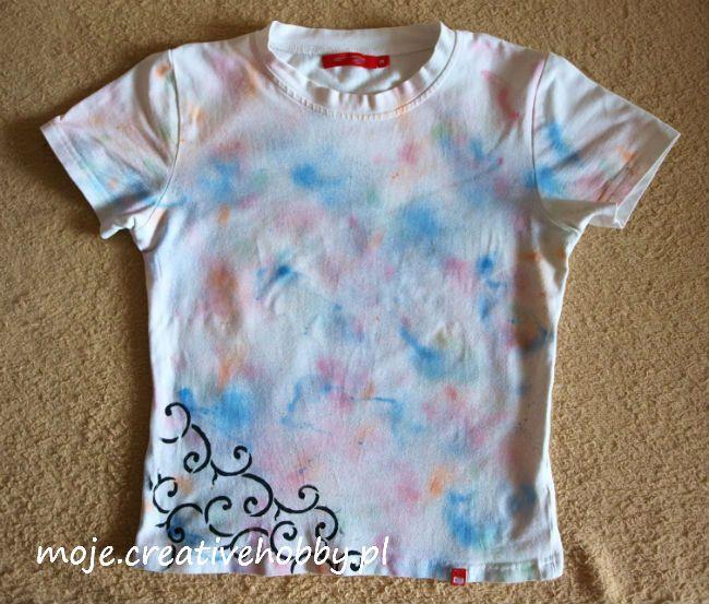 Farbę w spray'u mist media można z powodzeniem wykorzystać do zdobienia tkanin: http://bit.ly/1LxoEjR