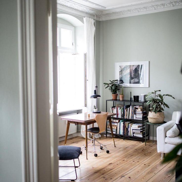 Seinen Ursprung findet das softe #Mizzle an der nebeligen Küstenlandschaft im Westen Englands. Räume mit viel einfallendem Tageslicht kitzeln mühelos die komplexe Wirkung dieses unscheinbaren Graugrüns hervor und schaffen ein warmes Raumambiente. Dazu passen helle Holzmöbel und reduzierte Wohnaccessoires. Grünpflanzen unterstreichen die grünen Untertöne dieser Nuance und machen den Look komplett. #farrowandball ( @herz.und.blut)