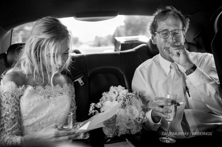 Az esküvői fotósok olyan életre szóló pillanatokat kapnak lencsevégre, mint egy pár első csókja, mint férj és feleség, vagy a gyertyafény keringő szerelmes tánclépései. Ezeknek a sokatmondó fényképeknek a mögöttes tartalma, az árnyékban meghúzódó történetek azok, amik még intimebbé varázsolják az esküvői fotókat. Alább gyönyörű esküvői fotókat mutat meg kilenc esküvői fotós, és mesélnek azok igaz történetéről.