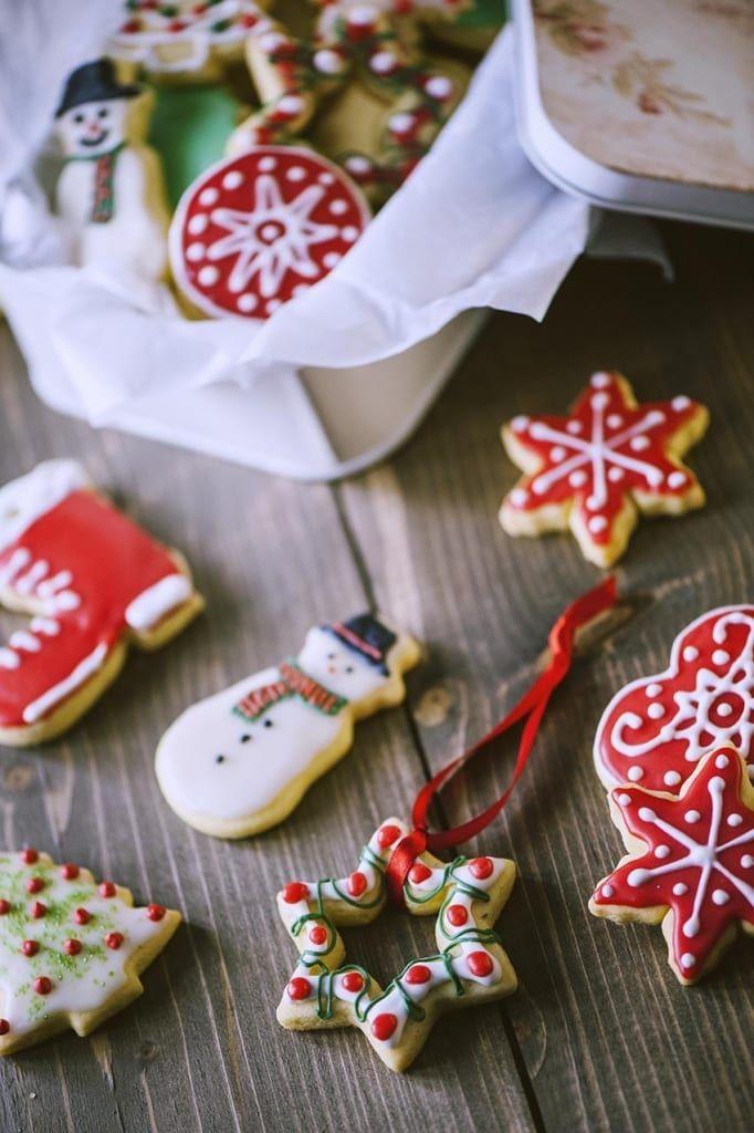 Biscotti di Natale pronti per l'assaggio o per essere appesi con nastro