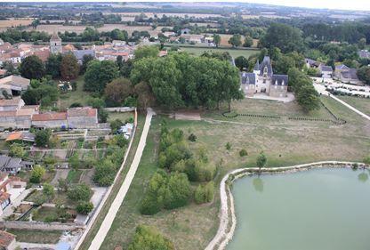 chateau de Javarzay et l'etang creusé en 1996, vue d'en haut.