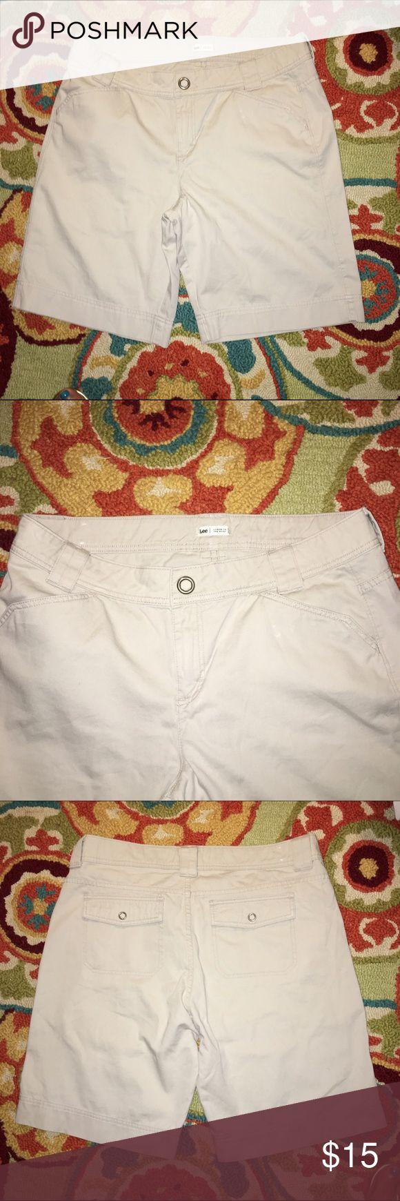 LEVIS BERMUDA SHORTS LEVIS TAN BERMUDA SHORTS WITH OPEN SIDE POCKETS N BUTTON REAR POCKETS EXCELLENT CONDITION SIZE 16 M Levi's Shorts Bermudas