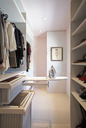 Inloopkast met vaste strijkplank. Als je er de ruimte voor hebt is een vaste strijkplank in de inloopkast een heel goed plan. Je kunt zo zonder al te veel gedoe de kleding die je aan wilt trekken nog even snel (bij)strijken.