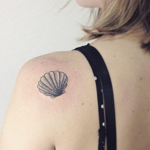 Concha em pontilhismo pra Larissa  #tattoo #shelltattoo #dotwork  Para orçamentos e agenda: 11 3813-7239 contato@gellystattoo.com.br
