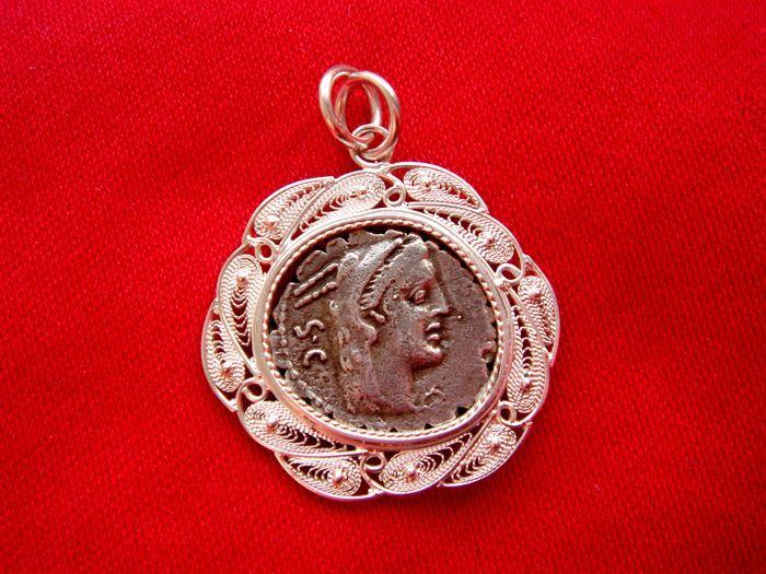 Romeinse Republiek - L. Procilius serrate zilveren denarius gemonteerd binnen een silver (. 925) handgemaakte Hanger vervaardigd met de techniek van de oude juwelen filigrana (filigraan) genoemd.  Mooie zilveren (. 925) handgemaakte Hanger vervaardigd met de techniek van de oude juwelen filigrana (filigraan) genoemd. Deze tegenhanger wordt weergegeven binnen een niet originele L. Procilius zilveren penning (het is een perfecte kopie of reproductie van een origineel een in 80 v.Chr…