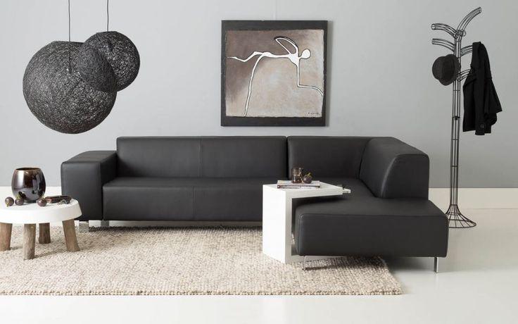 Hoekbank Dess brengt het lounge gevoel in uw woonkamer, door het ruime ligelement kunt u heerlijk relaxen met wel 4 tot 6 personen. Deze hoekbank is gestoffeerd met een zwart leder met hoogwaardige stiksels. Dess is niet alleen een betaalbaar, maar ook bijzonder duurzaam. De strakke stoffering en prachtige RVS poten maken deze hoekbank tot een gewild object in ieder interieur. Kortom, een leefhoek om trots op te zijn.