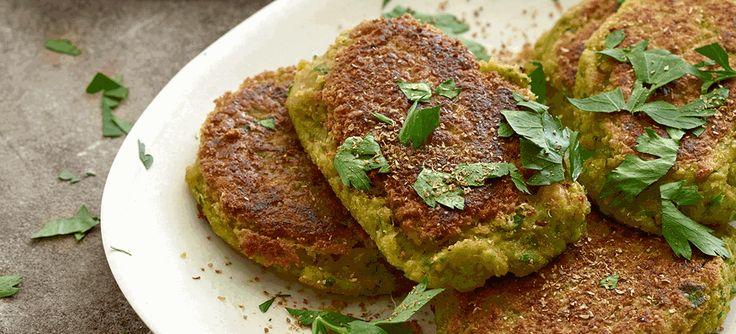 Lav lækker aftensmad! Her får du opskriften på hjemmelavede, pandestegte falafler med salat, pitabrød og hvidløgsdressing. Se opskriften her.