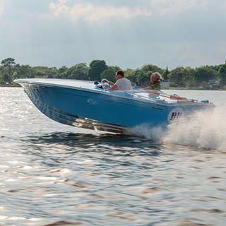 BB, a 1967 Donzi 19 Hornet running on Lake Dora. #ynotyachts #toysandtenders #woodyboater #classicplastic #classicboats #classicboating #donzi #donzimarine #floridaboatlife #gofast #1960s #gulfracing