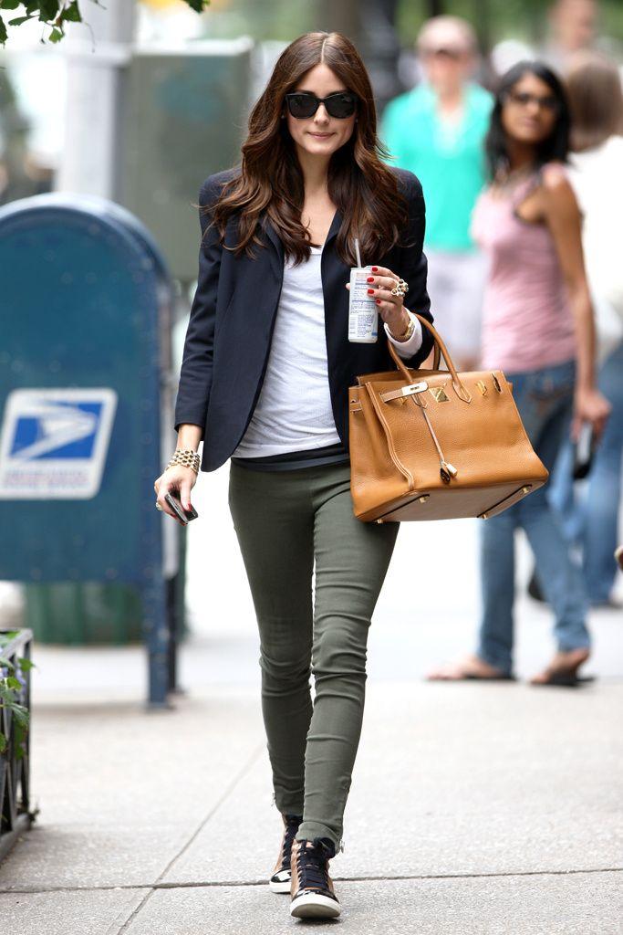 Diosa en casual con zapatillas. Me encanta. Americana basica. Pantalon verde militar.