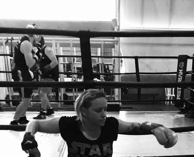 """Boxe é coisa de menina, sim!  Várias vezes durante o treino, ouvi do professor e dos colegas um: """"tinha que ser mulher"""""""