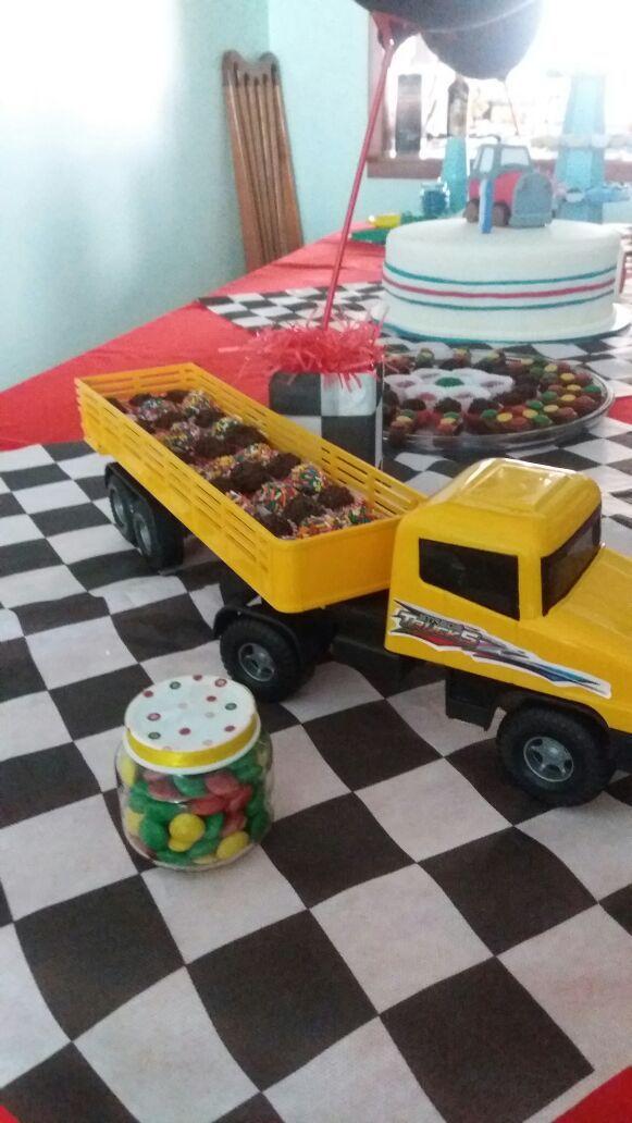 Fiz a festa do meu Filho Enzo e para decorar a mesa coloquei docinhos na carreta. O tema era qualquer carro, velocidade, corrida