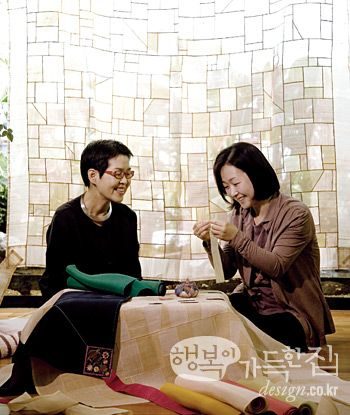 김은정 씨는 우울증과 권태기라는 인생의 고비를 자수를 배우면서 가뿐히 넘겼다. 바느질을 배우면서 비로소 꼭 맞는 옷을 찾은 것 같다는 그가 더 고맙게 생각하는 것은 자수 명장 김현희 선생과의 만남이다.