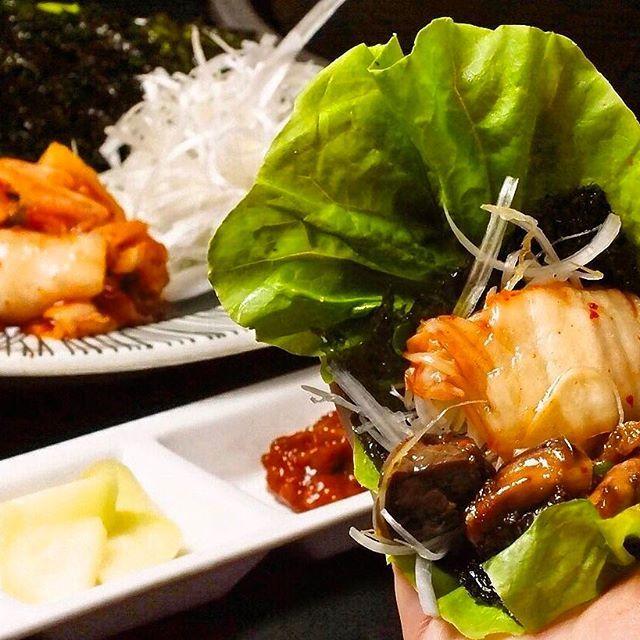 お肉って… 野菜と包んで食べたら… 美味しいな… 豚肉だと… サムギョプサル… 鶏肉って?… あっ!∑(゚Д゚) 【サンチュセット】 サンチュ、にんにく、キムチ、ネギ、韓国のり、コチュジャン、サムジャン お好みの鶏肉、薬味をサンチュに包んでパクっ^ ^ 『鶏ギョプサル』に大変身!! 是非お試し下さい(╹◡╹) 本日も数席のご案内可能です。 皆様の御来店をお待ちしております。 ☆ランチタイム☆ タンメンと坦々麺の専門店です。 火〜金(月、土、日、祝休み) 11:30〜13:30(L.O13:20) ☆ディナー☆ 火〜土 17:00〜23:00(LO22:30) 日・祝 17:00〜22:30(LO22:00) 058-253-2331  月曜定休  #担々麺#麻辣湯麺#岐阜#岐阜市#玉宮町#玉宮  ではなく長住#長住町#鶏焼肉#えんとりー#鶏#鳥#鳥焼き#焼き鳥#焼鳥#焼き肉#焼肉#鳥肉#タンメン#ラーメン#サムギョプサル  ではなく#トリギョプサル#岐阜グルメ#グルメ#居酒屋#ワイン#女子会#鳥焼肉#肉#美味しい#鶏料理