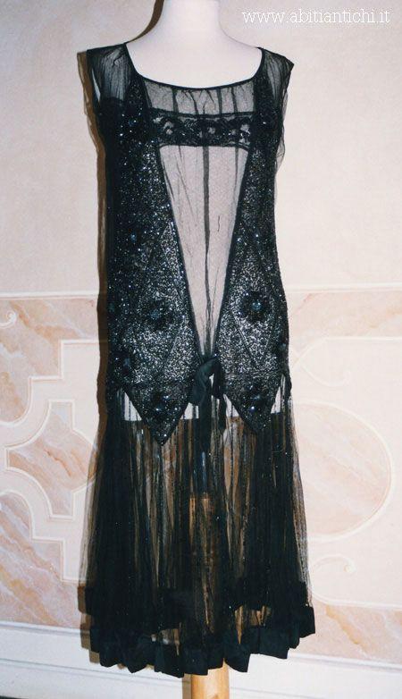 Abito da sera in tulle nero ricamato di perline.1928