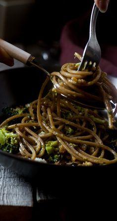 Spaghetti integrali con broccoli sedano croccante di pane e colatura alici