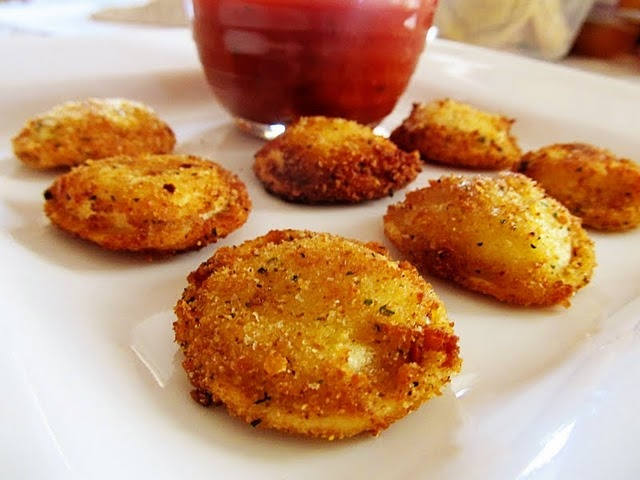 Fried Cheese Ravioli, i couldn't help pressing the repin button.. they just look. SO. TaSteY!