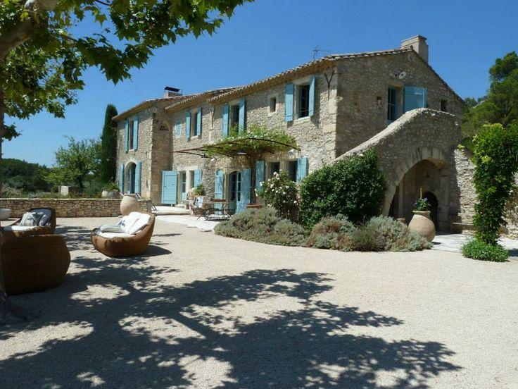 Casale in pietra con finestre colorate