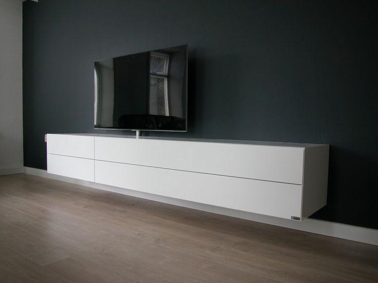 tv-meubel ALPHA zwevend gemonteerd en voorzien van tv ophanging dmv het ARTYX tv-draaisysteem met kabeldoorvoer. De hoogglans kast kan tevens in zijdeglans of super matte lak gespoten worden. Dit meubel is op maat gemaakt in de meubelmakerij van ARTYX en leverbaar in iedere afmeting en kleur.
