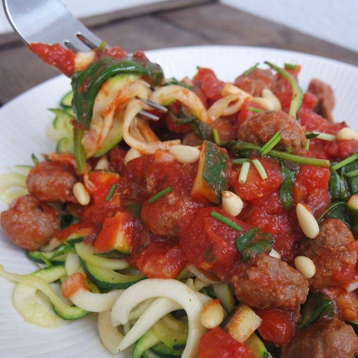 Courgetti. Een 'spaghetti' van dunne sliertjes rauwe of kort gekookte courgette