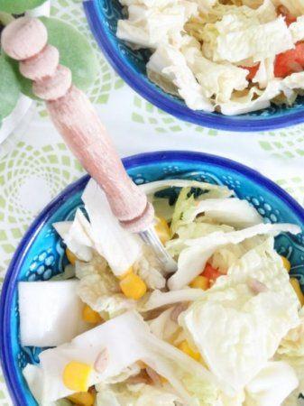 Салат к шашлыку http://ratatui.org/22366-salat-k-shashlyku.html   Капуста пекинская 1 вилок (побольше размером) Кукуруза консервированная 400 грамм Помидоры 2–3 штуки (большие) Семечки подсолнуха 1/2 стакана Сыр моцарелла 250 грамм  Для заправки Горчица 2 столовые ложки Лимон 1/2 (только сок) Уксус бальзамический 1/2 чайной ложки Мед 1 столовая ложка Соль по вкусу Перец по вкусу Масло оливковое 2 столовые ложки Вода 2 столовые ложки