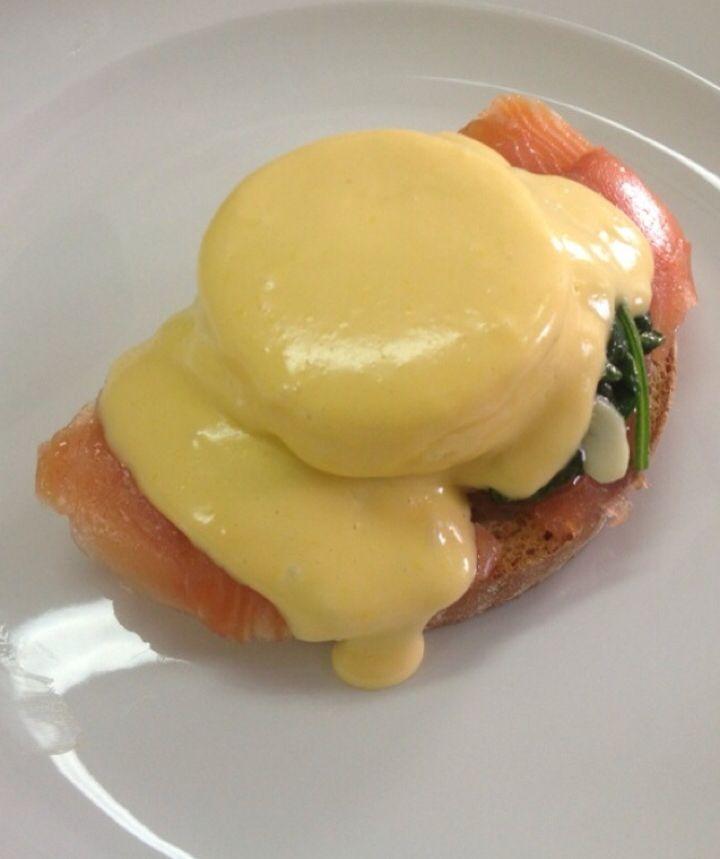 Яйцо Флорентин + два напитка - 65.00грн. Тост, слабосоленая семга, шпинат, яйцо-пашот и голландский соус!)