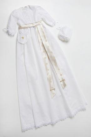 Dåpskjolen Symre passer som dåpskjole eller til navnefest for gutt eller jente, og kommer med med nydelige detaljer. Dåpskjolen har et forstykke i hullsøm, og everes med linlue som kjolen, samt  dåpssmekke, dåpskrage og dåpspompadur.