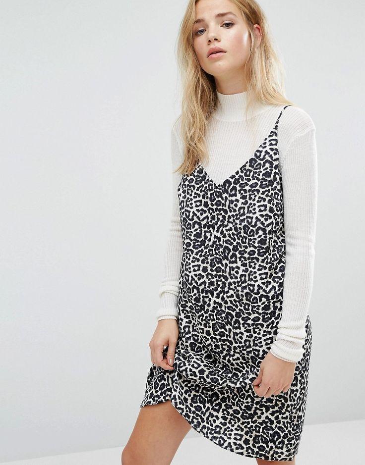 ¡Cómpralo ya!. Vestido camisola de tirantes con estampado de leopardo de New Look. Vestido de New Look, En un acabado de tejido liso, Estampado en toda la prenda, Escote de pico, Tirantes finos, Corte estándar - se ajusta al tallaje real, Lavar a máquina, 100% poliéster, Modelo: Talla UK 8/EU 36/USA 4; Altura de 168 cm/5'6, Cinturón no incluido. Transformando los looks más cool de las pasarelas en básicos que puedes añadir a tu fondo de armario, New Look se une a las geniales marcas ...