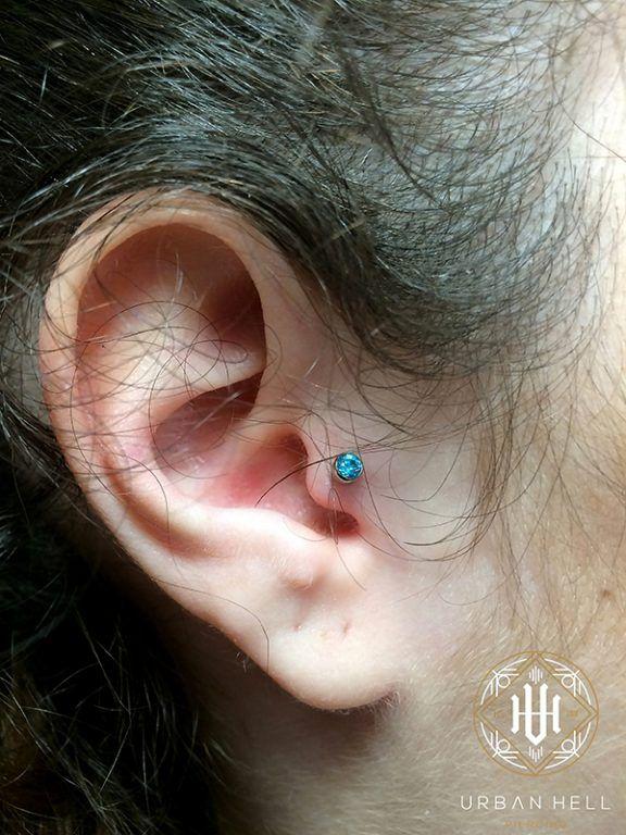 Tragus con bezel de cristal turquesa de Neometal #Piercing #PiercingOreja #PiercingTragus #Tragus #TragusConBezel #Neometal #PiercingEar #PerforacionOreja