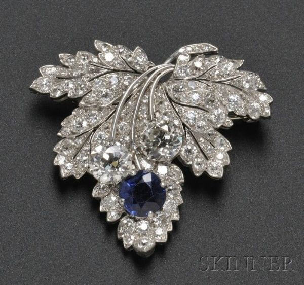Broche Art Deco platino, zafiro y diamante hoja  Paul Flato, con un zafiro corte cojín   y dos diamantes de talla europea antigua  (1935).